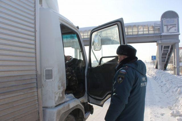 сотрудники МЧС помогают попавшим в беду водителям