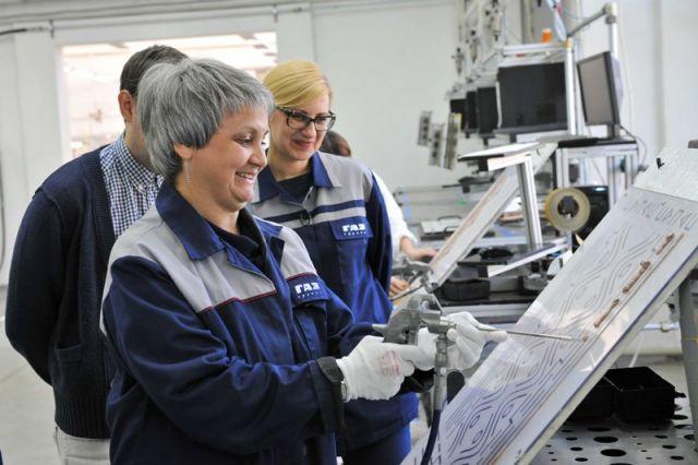 Ирина Тузикова изучила разные профессии - специалиста окрасочных работ, водителя погрузчика, слесаря...