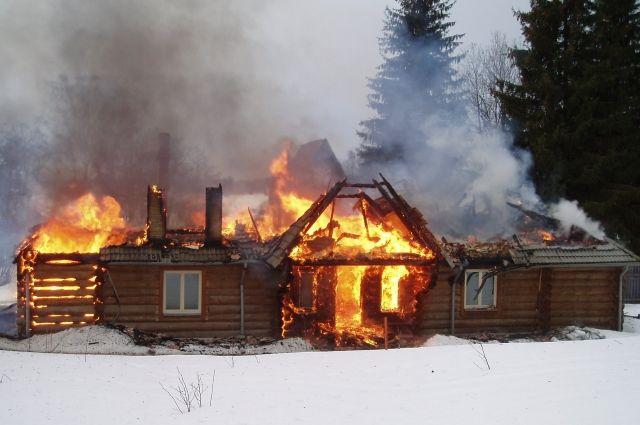 Загорелись надворные постройки, хозяева начали тушить их самостоятельно.