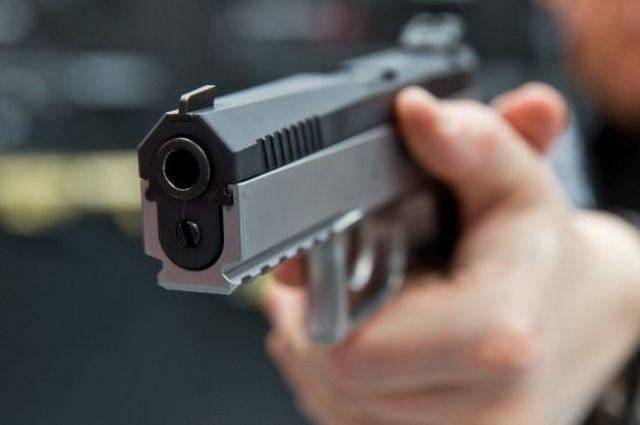 Охранник водителя открыл стрельбу по преступникам. Они сделали несколько выстрелов в ответ