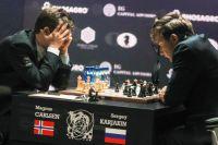 Гроссмейстер Магнус Карлсен (Норвегия) и гроссмейстер Сергей Карякин (Россия) в партии матча за звание чемпиона мира 2016 в Нью-Йорке.