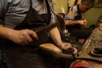 Если раньше на обувщиков учили в профучилищах, то сегодня профессионально получить эту специальность практически негде.