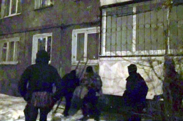Штурм квартиры подозреваемых.