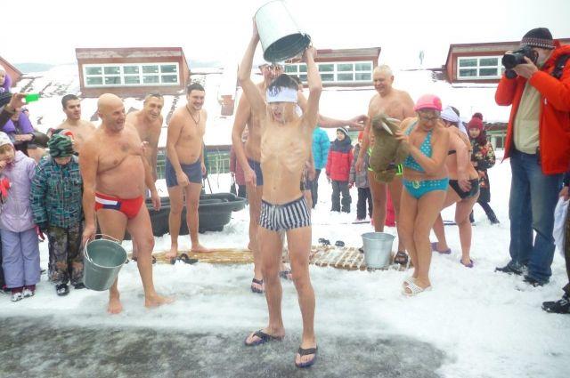 В честь праздника моржи будут обливаться холодной водой прямо возле вольера с хищниками.