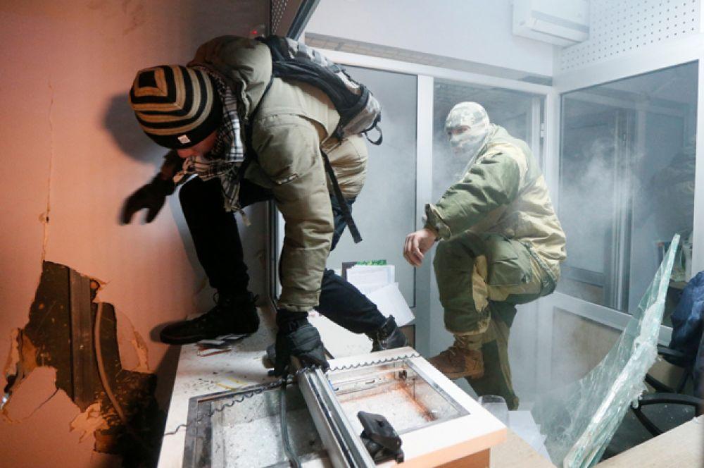 Митингующие разгромили одно из отделений «Сбербанка» в центре Киева.