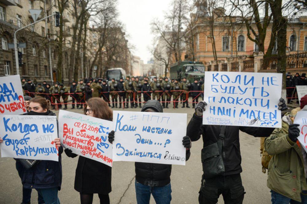 Уличные бои оппозиция вела с использованием огнестрельного оружия и «коктейлей Молотова», что привело к десяткам жертв.