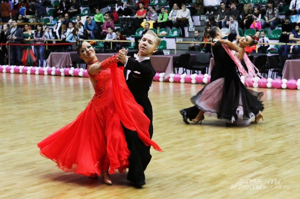 Самым младшим участникам танцевального турнира, кстати, было всего 6 лет. Самым старшим - 26.