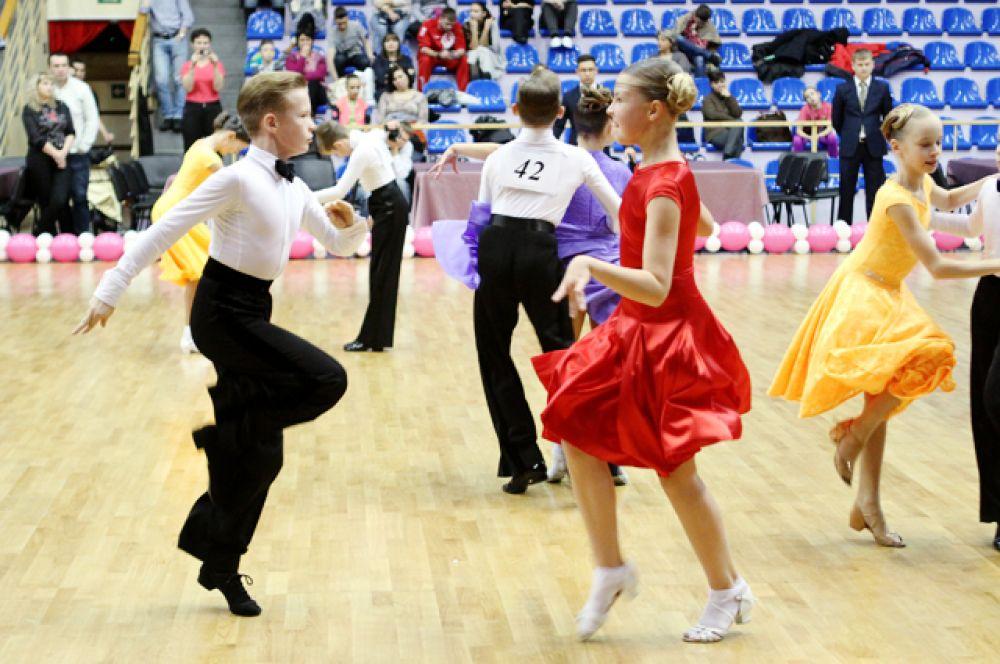 Танцоры соревновались в разных возрастных категориях.