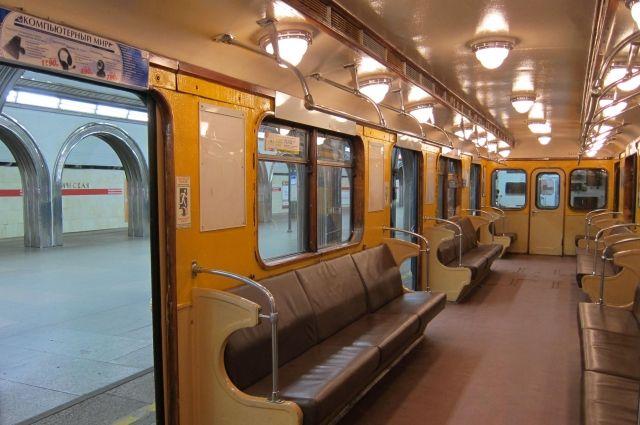Впетербургском метро толпа сломала двери «красного» поезда