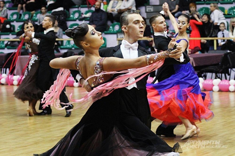 Танцоры выступали не на сцене, а на спортивной арене, которая вмещала одновременно больше десятка танцующих пар.