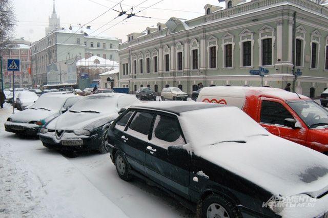 Пару лет назад обочины и тротуары на Мясницкой были забиты машинами.