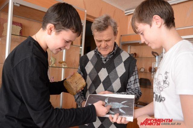 Юные геологи держат в руках позвонок плезиозавра.