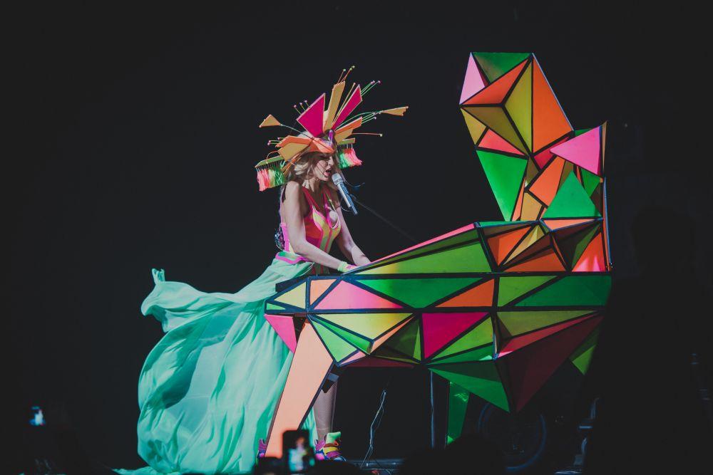 Как видим, дизайнеры Оли выполнили колоссальный объем работы: работали не только над образами певицы, но и над такими элементами, как фортепиано