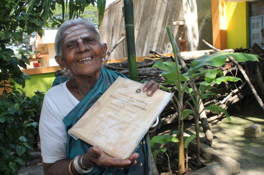 Саалумарада Тиммакка — 105-летняя женщина-эколог из Карнатаки, у которой никогда не было детей, своими руками посадила 384 баньяна в своем штате. Сейчас она помогает местным фермерам справляться с суровым климатом Индии.
