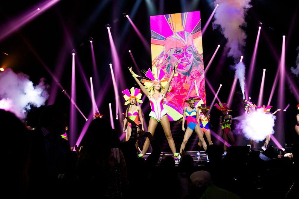 Очень яркие наряды и потрясающие постановки действительно создали для зрителей в зале атмосферу бразильского карнавала