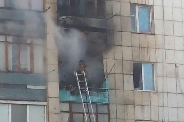 Пожар перекинулся и на балкон четвертого этажа.