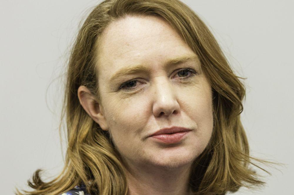 Пола Хокинс — британская писательница, получившая широкую известность после публикации романа «Девушка в поезде». Хокинс родилась и выросла в Хараре, столице Зимбабве.