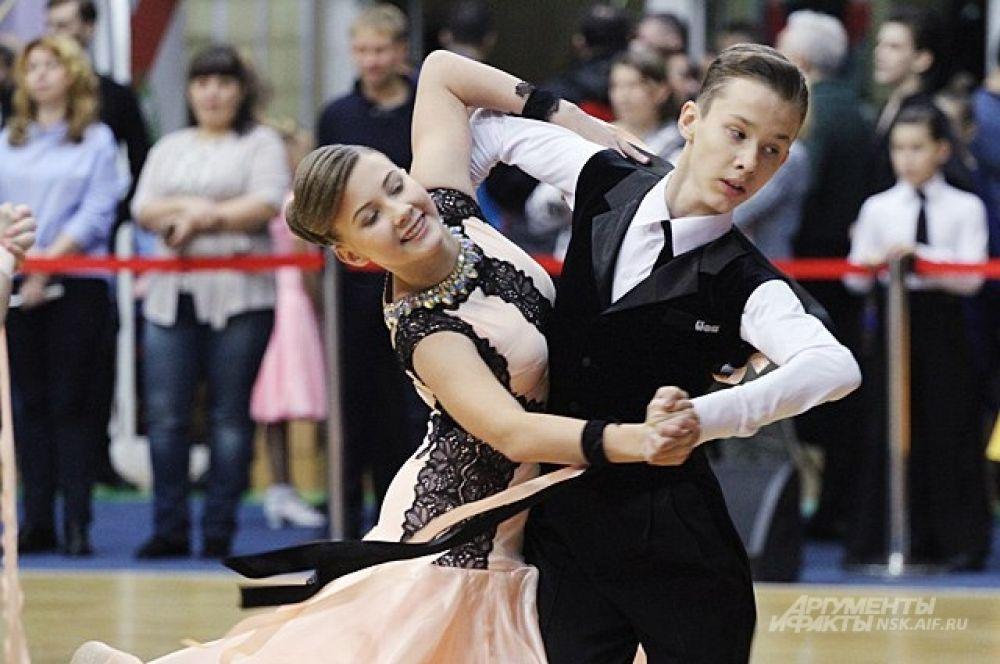 Пары танцевали под зажигательные ча-ча-ча и румбу и аристократично кружились в медленном вальсе.