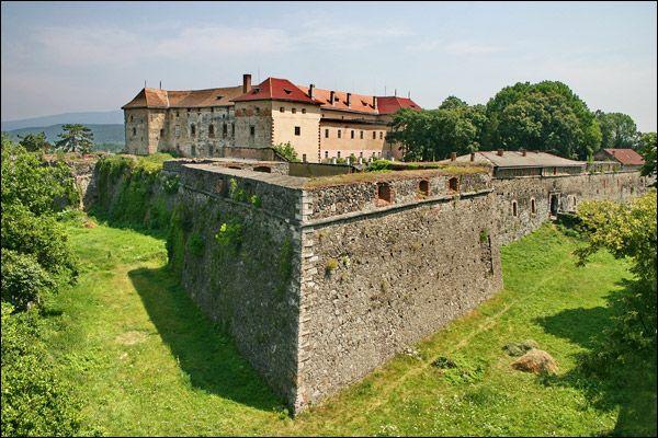 Ужгородский замок находится в самом центре Ужгорода и был построен еще в IX веке