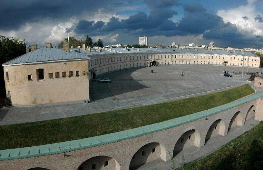 Киевская крепость, которую очень хорошо знают все киевляне является одной из самых больших в мире. Начали строить ее в 17 веке