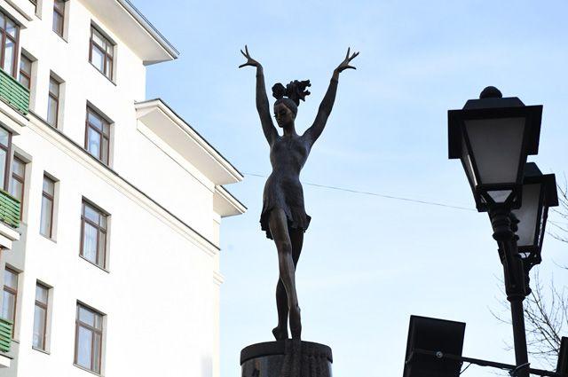 Памятник балерине Майе Плисецкой открыт в Москве на улице Большая Дмитровка.