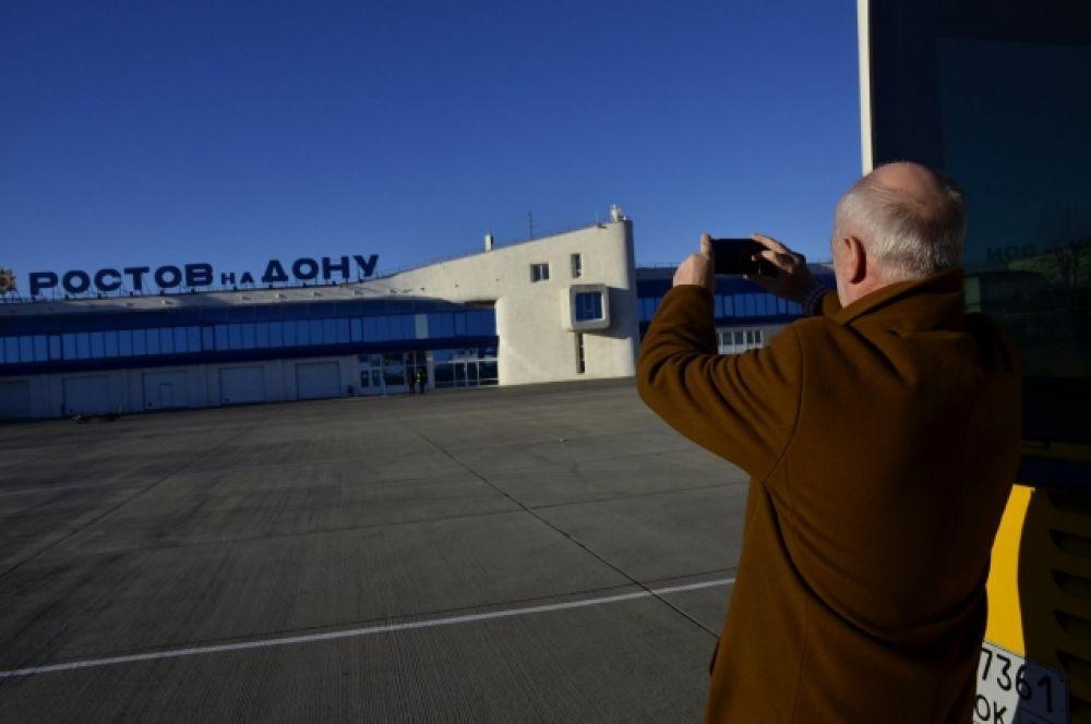 Немецкие гости донской столицы с интересом рассматривают аэропорт и фотографируют.
