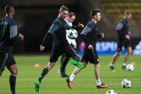 Игрок ПФК ЦСКА Федор Чалов (второй слева) во время тренировки накануне матча группового этапа Лиги чемпионов.