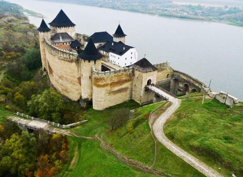 Легендарная Хотинская крепость считается одним из семи чудес Украины в Черновицкой области. Начинали строить ее еще в Х веке