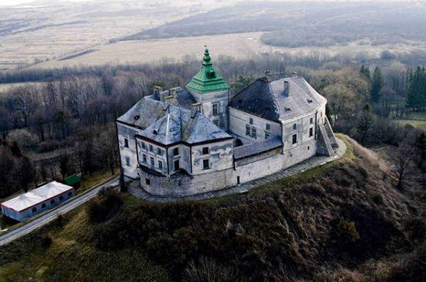 Олесский замок находится во Львовской области. Считается настоящей памяткой архитектуры XIII века