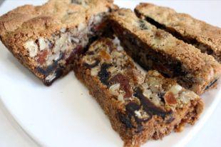 Кекс почти полностью состоит из орехов и сухофруктов.
