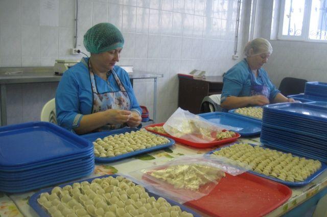 На предприятии под контролем весь процесс производства: от обвалки мяса до изготовления и упаковки продукции.