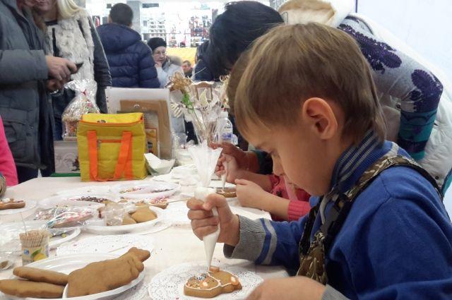 Роспись пряников - очень увлекательное занятие, которое прошло в рамках фестиваля сладостей.