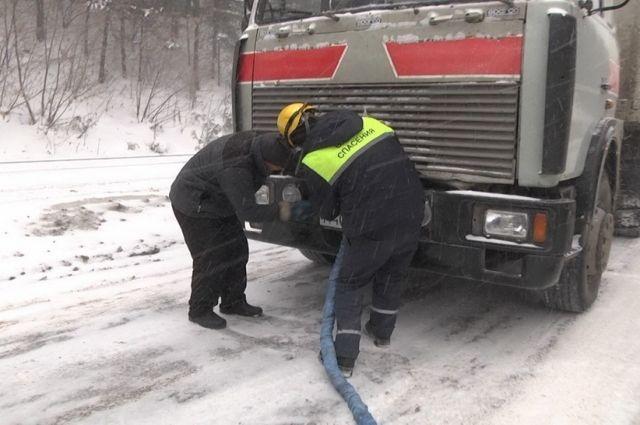 Из-за снегопада введен запрет на движение большегрузного транспорта.