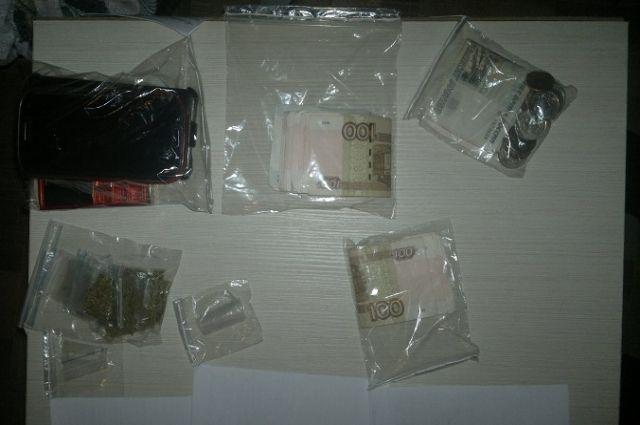 При обыске были обнаружены меченые купюры и клип-боксы с наркотиком.