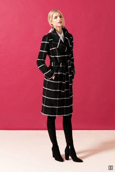 Это пальто в сочетании с ботинками и в черном цвете идеально стройнят фигуру