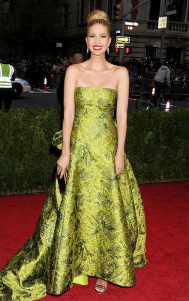 Ну а это воистину королевский наряд! Цвета ее платья впечатляют и восхищают