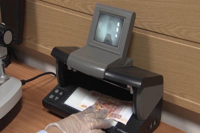 Фальшивомонетчики сбывали вНижнем поддельные купюры в5000 и 1 000 руб.