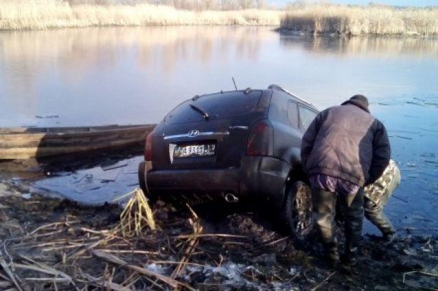 Автомобиль достали из реки