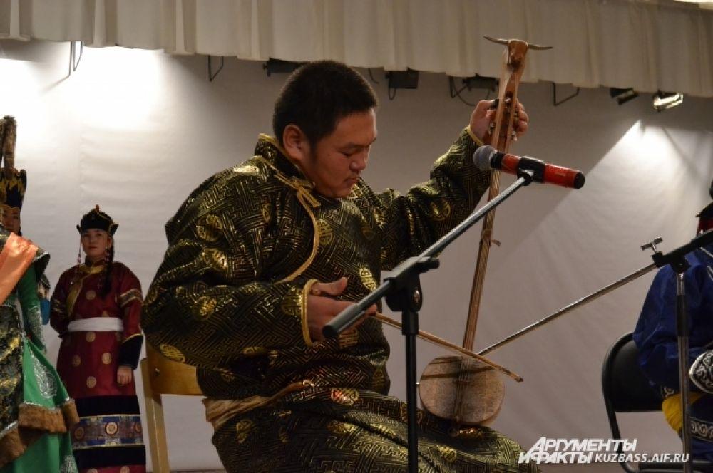 Ребята играют на тувинских струнных музыкальных инструментах (чадаган, чанзы, дошпулуур), хакасских (чатхан, ыых, хомыс) и алтайских (икили, топшуур). Используется и бубен.