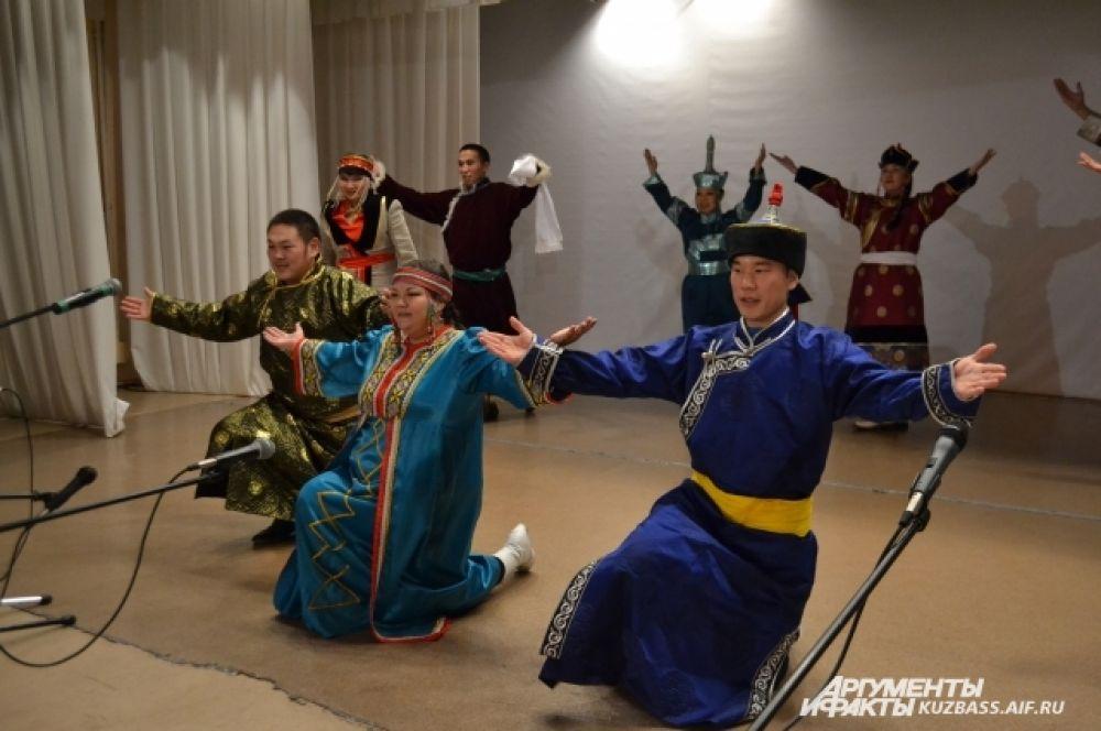Студенческий ансамбль «Алтын Ай» уникален потому, что его участниками являются представители целых пяти тюрко-язычных этносов: алтайцы, хакасы, телеуты, шорцы и тувинцы.