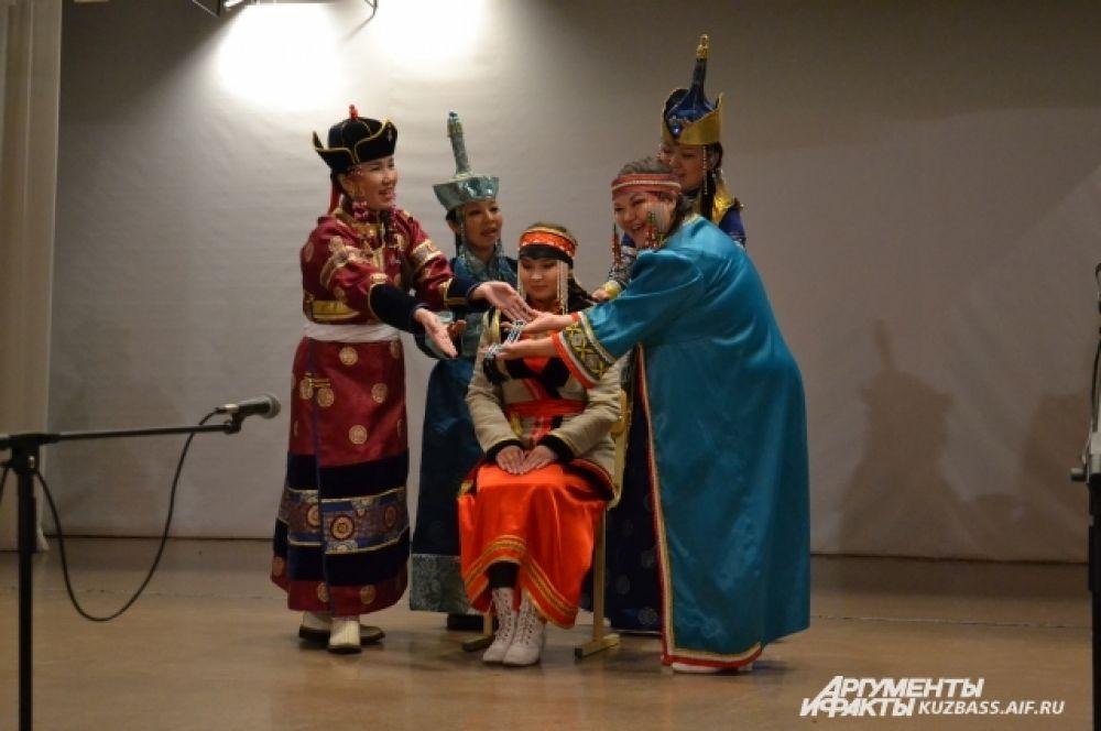 На «Сибирской чайхане» ансамбль показывал номер, в основе которого лежал свадебный обряд разных народов Сибири.