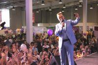Позитивным настроением заряжал известный музыкант участников фестиваля робототехники.