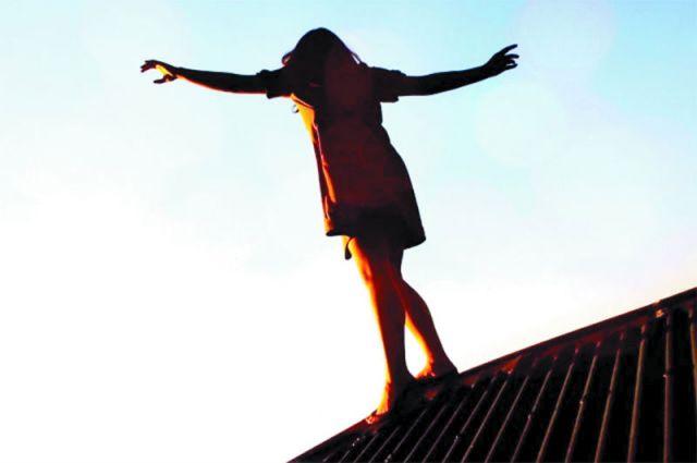 Девочки думают о самоубийстве и предпринимают попытки в два раза чаще, чем мальчики. Но мальчики чаще умирают.