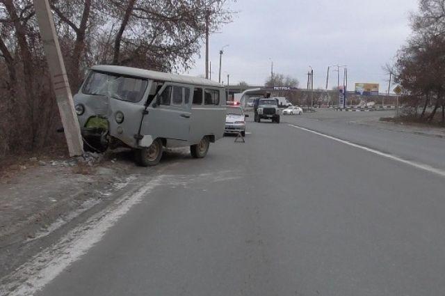 В Новотроицке в районе водитель «УАЗа» допустил столкновение со световой опорой.