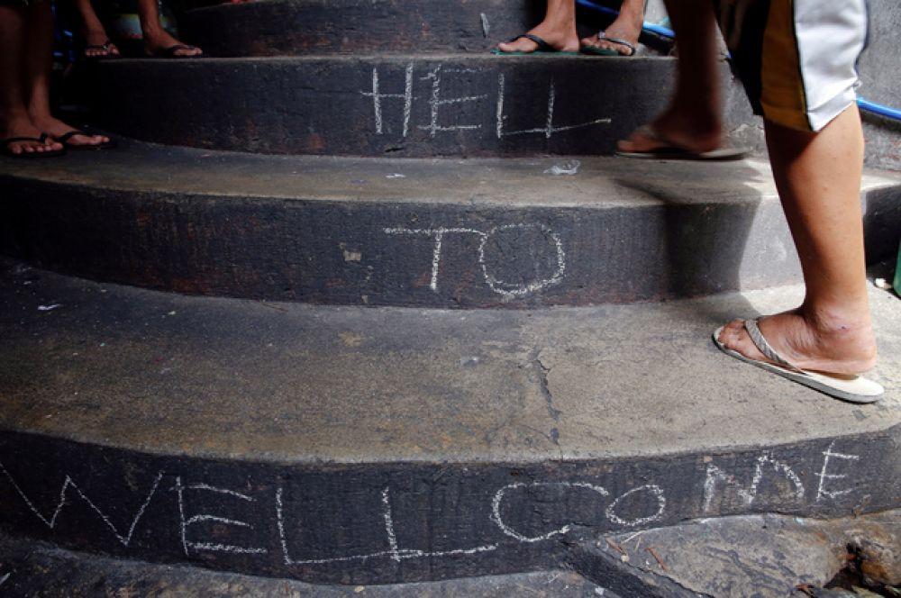 Надпись на лестнице при входе в тюрьму гласит: «Добро пожаловать в ад».