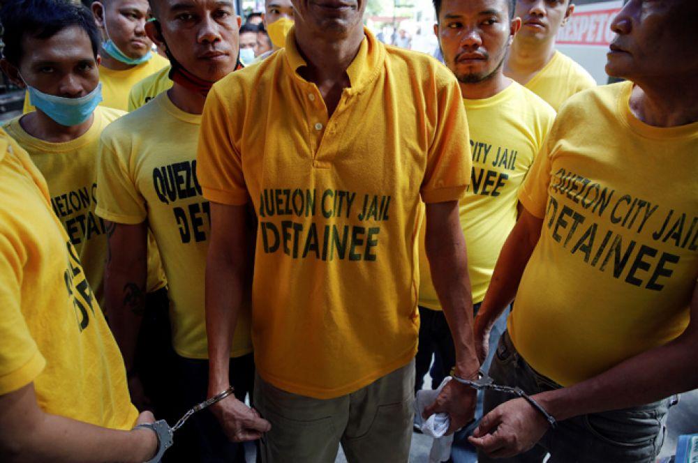 На слушания арестанты передвигаются, скованные наручниками друг с другом.
