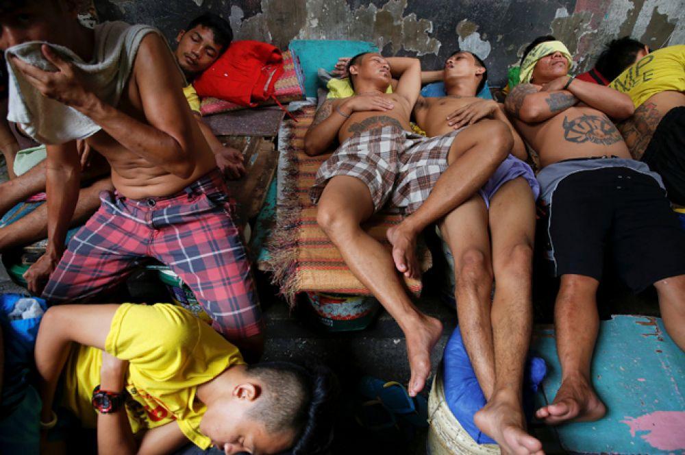 Находясь в таких тесных условиях, заключенные легко заболевают. В июле произошла вспышка холеры, вызванная загрязненной водой.
