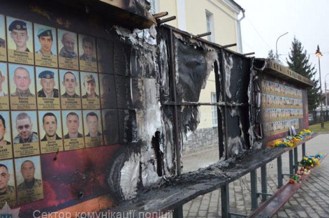 ВЛуцке пожар уничтожил часть стелы Героев Майдана иАТО