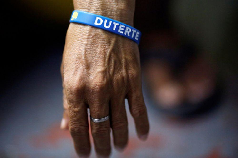 Заключенные, которых собираются отпустить, носят браслет с именем президента.