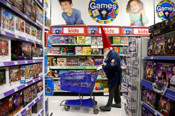 Санта Фред Остер во время поездки в магазин игрушек.